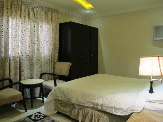 Al Janadriyah Suites 7 : Master bedroom has a seating area & flat screen TV