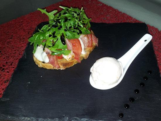 Soledad: Comme une bruschetta, crème glacée chèvre tomate confites
