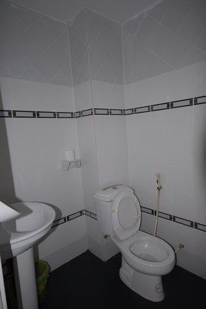 โรงแรมมาลีน้ำพุ: Spotless bathroom