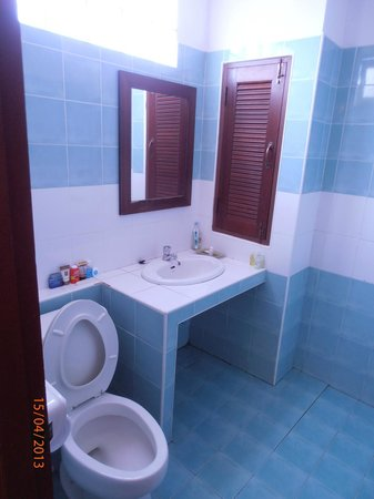 Hathai House: Washbasin area
