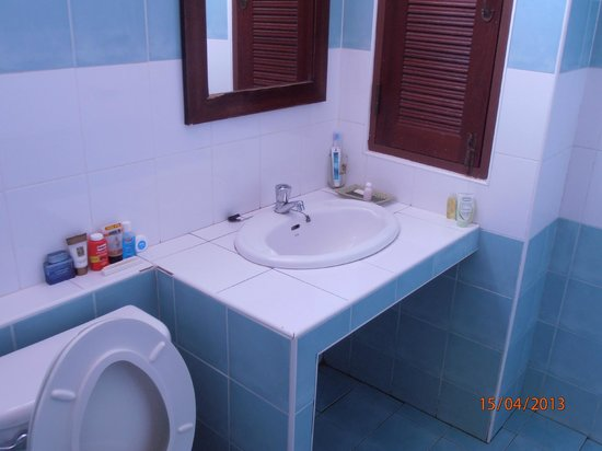 Hathai House: Washbasin area with simple amenities