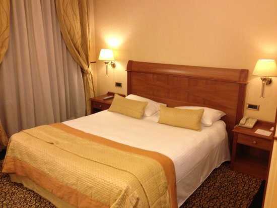 Hotel Dei Cavalieri: Bed at Business Double Room