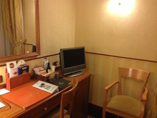 Hotel Dei Cavalieri: Desk, TV and minibar in room