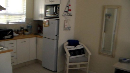 Abeach Cottage: Kitchenette view