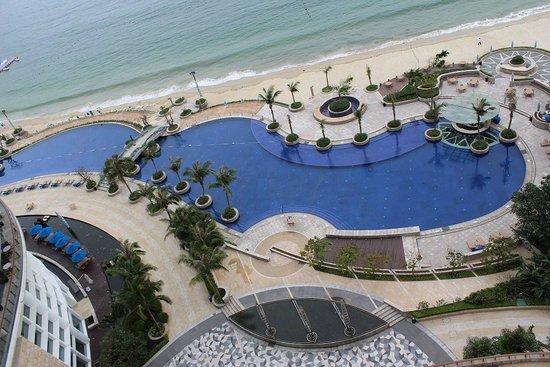 Sheraton Dameisha Resort, Shenzhen: Pool and beach from 11th floor