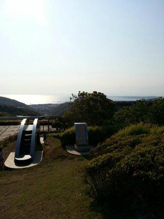 Shonan Village Center: 芝生の庭から海が見えます