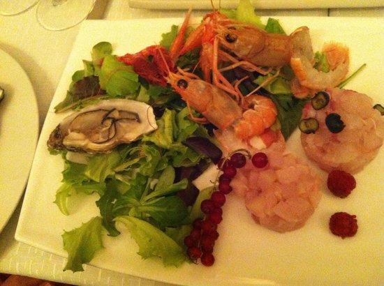 Sensus Restaurant: Seafood starter, minus one oyster :)