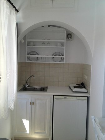Anthonas Apartments: kitchen
