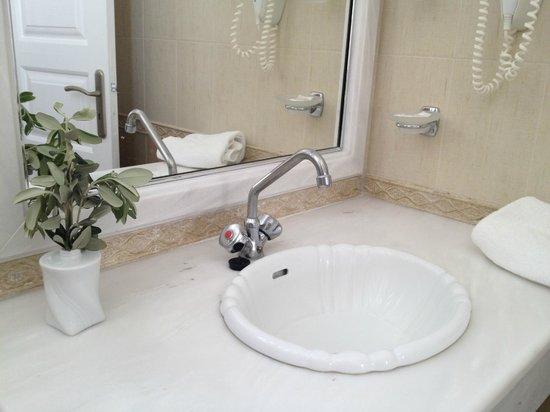 Anthonas Apartments: bathroom