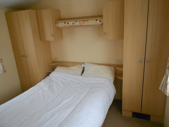 Dinas Farm Touring Park: Comfy bed & good storage