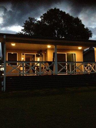 Lake Somerset Holiday Park: Cabin 3 verandah facing the lake.