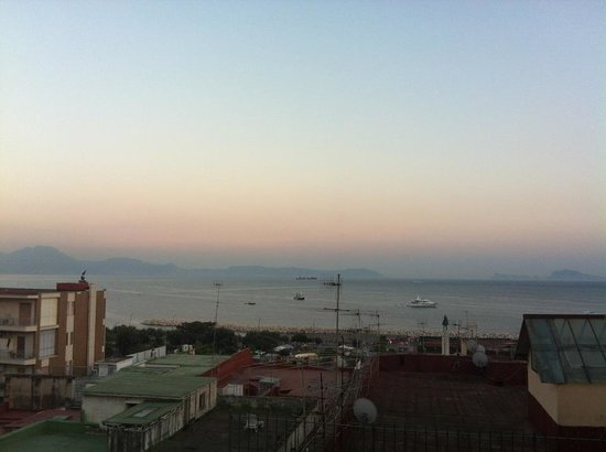 Chiaia Bed & Breakfast: la increible vista de la Baia de Napoli da la terraza donde hemos desayunado toda la semana