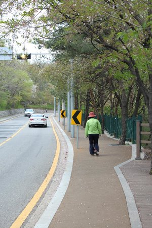 Inwangsan Mountain: Nice synthetic pavement and benches lined the route up
