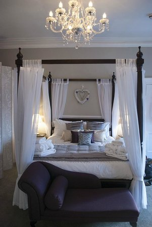 The Castle House: Four poster bed in The Richmond Suite