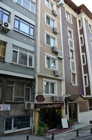 Sultanahmet Park Hotel: Hotel exterior You can see it is a very narrow building.