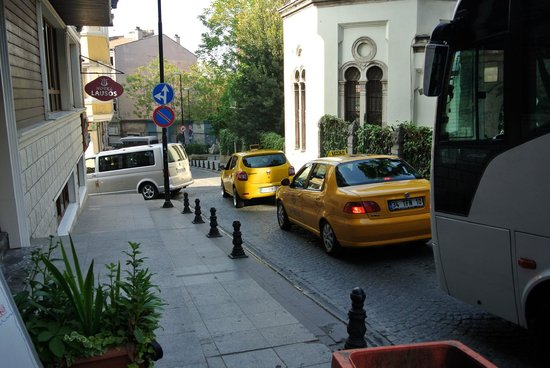 Sultanahmet Park Hotel: The road outside the hotel (with taxis)