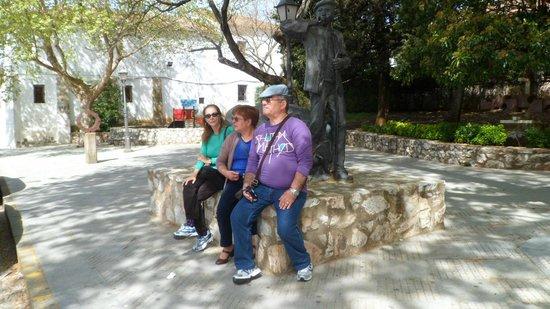 Gruta de las Maravillas: Monumento al cuidador de piaras,delante museo del jamon