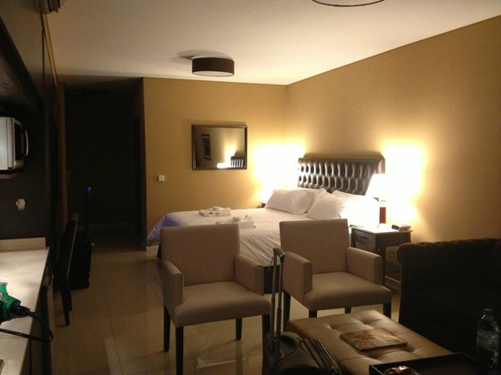 Palermo Tower by P Hotels: king size bed, sitting area & great TV