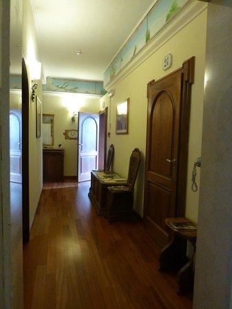 Hotel David: Hallway to Room 25 - open door