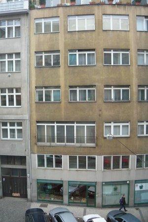 Dahlia Inn: Za oknem