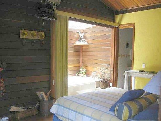 Bromelia Sabia Pousada: Banheira de hidromassagem dupla com teto de vidro no chalé
