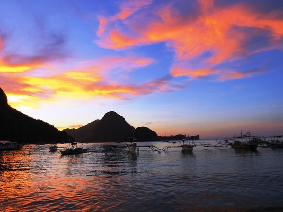 Ipil Suites El Nido: Ipil Beach is literally around the corner from the hotel.  Beautiful!