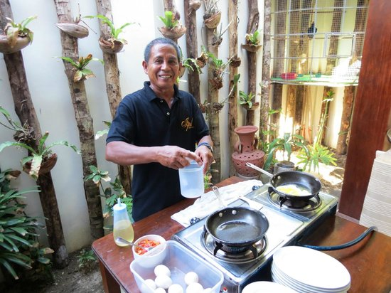 Ipil Suites El Nido: The wonderful man who made our fried eggs or omelettes each morning.  They were delicious!