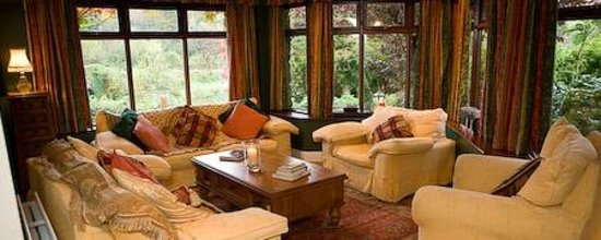 Hanora's Cottage: relax in or spacious lounge areas