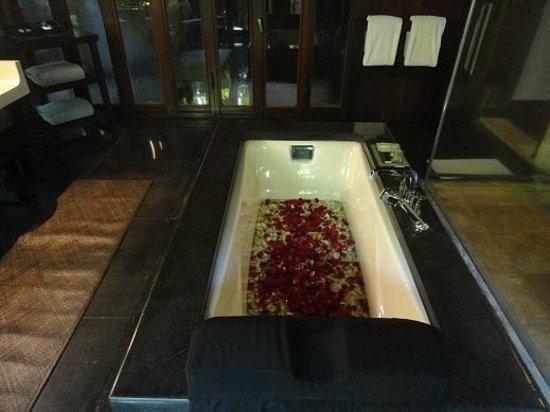 Bulgari Resort Bali: バスタブ