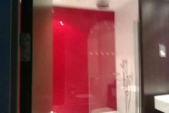 Village Hotel Leeds South: Shower head