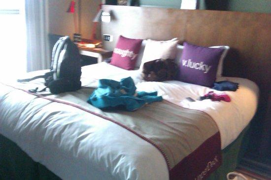 Village Hotel Leeds South: The HUGE bed