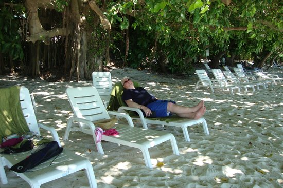 Biyadhoo Island Resort: Relaxing in the shade