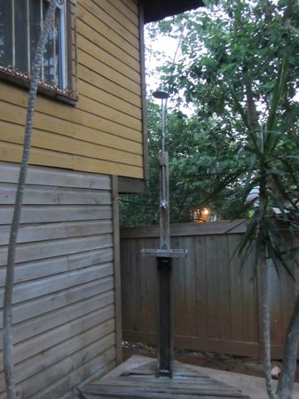 Mame Tree Bungalows: Outdoor shower for rinsing after diving/swimming