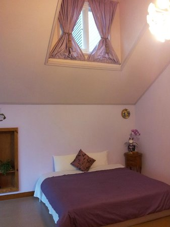 Fuyam Tourist Home: Beautiful skylight above the bed