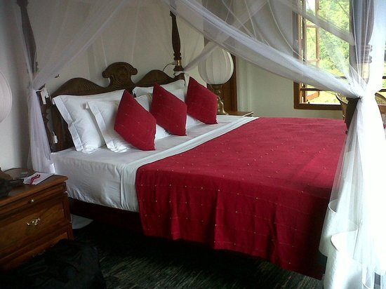 Niyagama House : ruby bed room