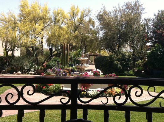 Hacienda Del Sol Guest Ranch Resort: Looking toward the front gate from inside the grounds