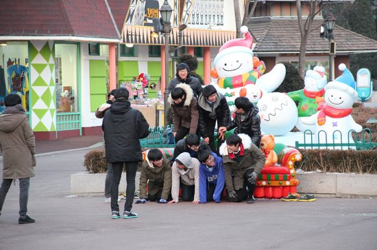 Seoul Land : A group of youngsters trying to stack up for a pic!!