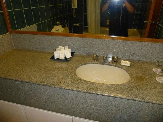 Berjaya Makati Hotel - Philippines: bath