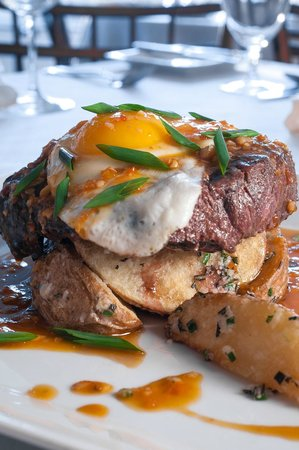 Red Clover Inn & Restaurant: Portuguese Steak topped with a fried egg