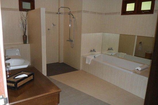 Pai Tan Villas: Big bathroom in villa
