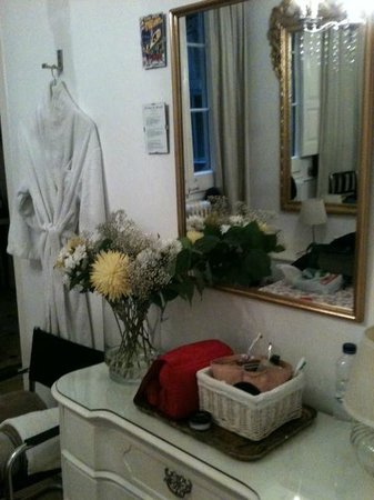 Casa Marcelo Barcelona: Fresh Flowers in our Room