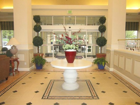 Hilton Garden Inn Redding: lobby---pretty