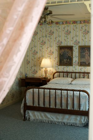 Inn at the Art Center: Country French Room