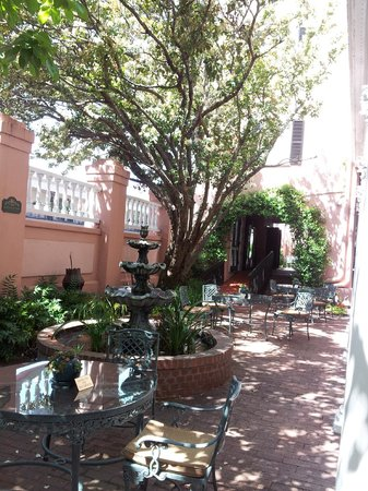 The Meeting Street Inn: Courtyard of hotel