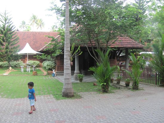 Pagoda Resorts Alleppey: Play area & open space in front of the restaurant