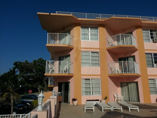 SeaSpray Inn Beach Resort : The hotel with balconies facing the ocean and pool