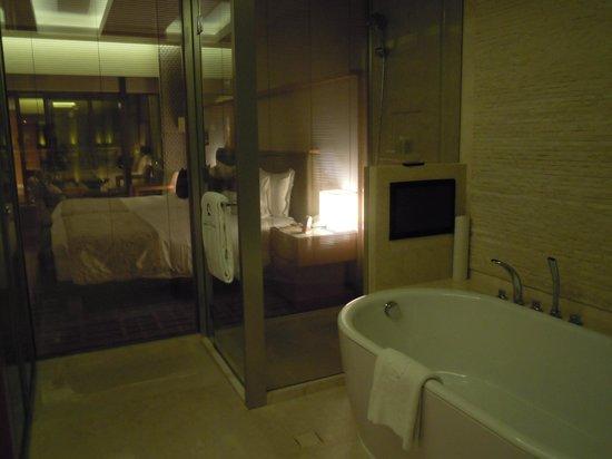 Hotel Okura Macau: バスルームからベッドルームが!