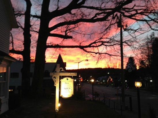 Main Street Inn Highlands: Morning in front of the Inn