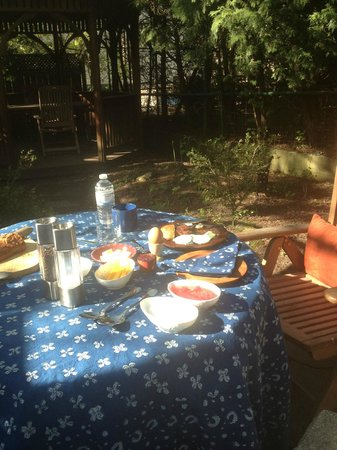 Algonquin House: Breakfast in the garden
