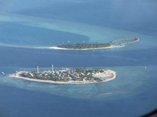 Dhaalu Atoll: Vilu Reef und Einheimischeninsel vom Flieger aus